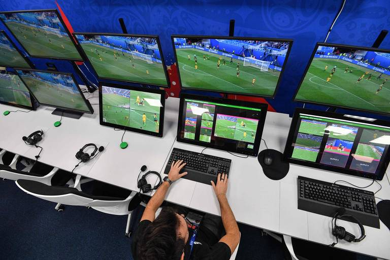 Sala de operação do VAR (sistema de árbitro de vídeo) montada no Centro Internacional de Transmissão em Moscou