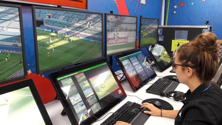 Mulher opera computadores do árbitro de vídeo, na Copa do Mundo