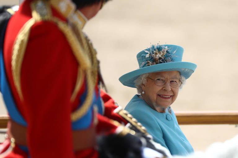 Sozinha e vestida de azul, a rainha de Inglaterra Elizabeth 2ª