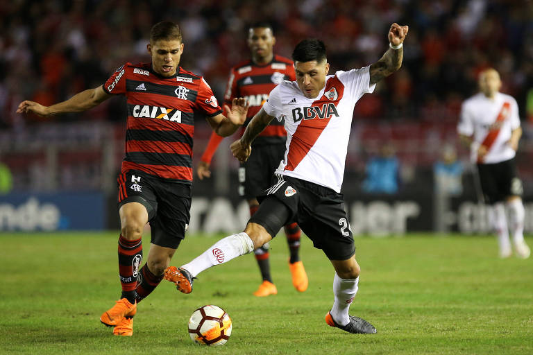 Enzo Perez (dir.), do River Plate, disputa a bola com Cuellar, do Flamengo, em partida pela Libertadores da América, em Buenos Aires