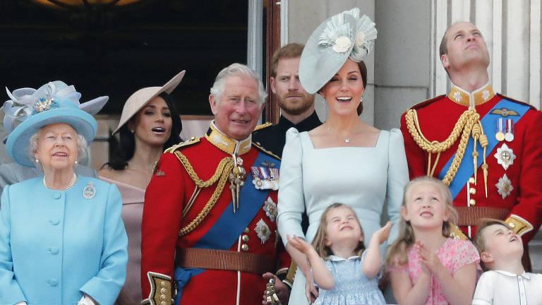 Rainha Elizabeth 2ª recebe homenagem em parada militar