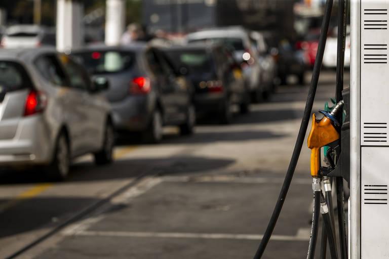 Fila de carros em posto de gasolina