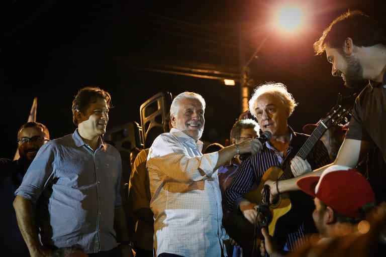 Jaques Wagner (centro), ao lado de Fernando Haddad, em ato no acampamento em apoio a Lula na frente da sede da PF em Curitiba