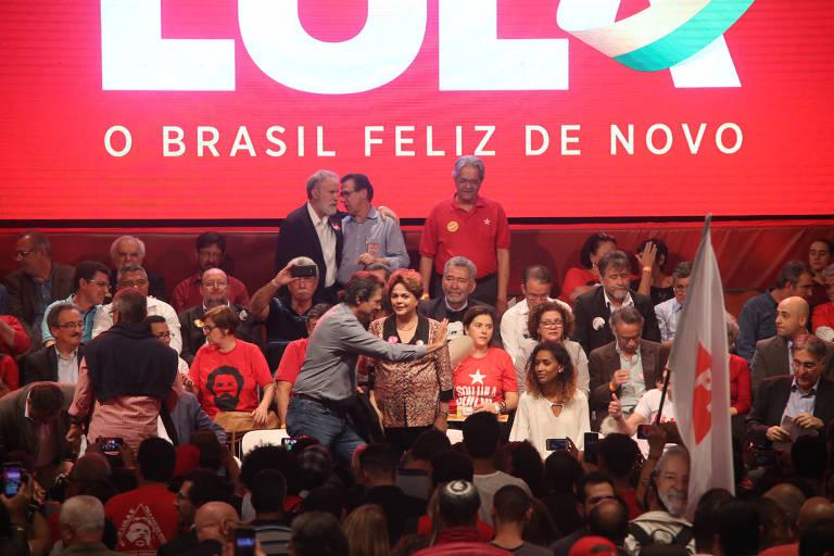 Com a presença de lideranças e militantes do PT, como a ex-presidente Dilma Rousseff (em pé, ao centro), o partido realiza ato para confirmar a pré-candidatura de Lula à Presidência em Contagem (MG).