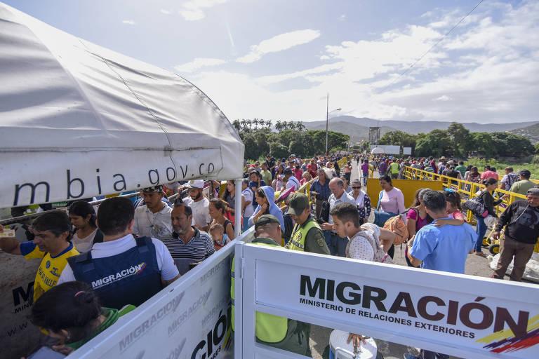 Centenas de venezuelanos passam diariamente pela ponte Simón Bolívar, que liga a Colômbia à Venezuela