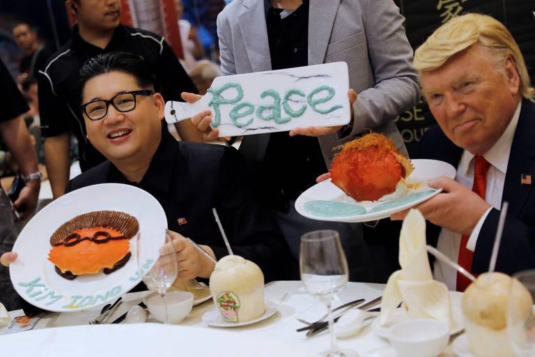 Sósias do ditador norte-coreano, Kim Jong-un (à esq.), e do presidente americano, Donald Trump, em evento de restaurante em Singapura