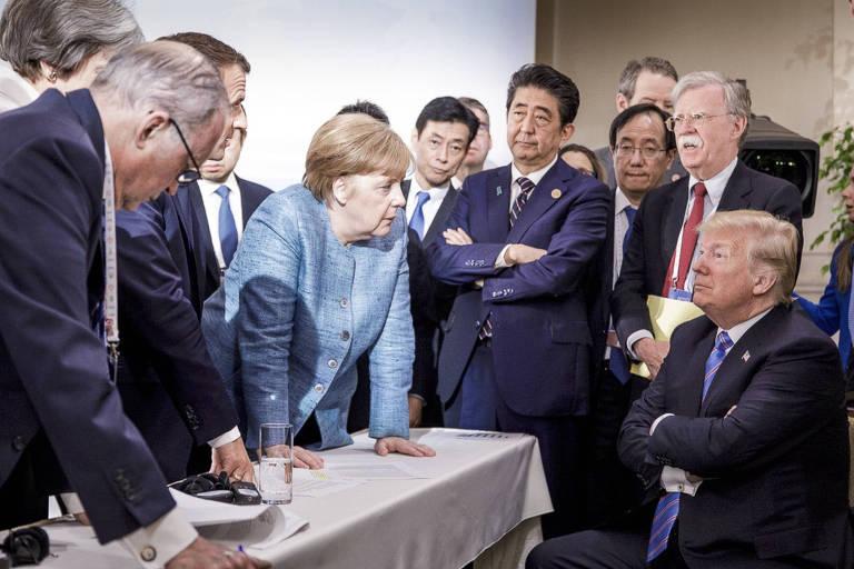 Em foto fornecida pelo governo alemão, a chanceler Angela Merkel fala com o presidente americano, Donald Trump, durante a cúpula do G7 no Canadá