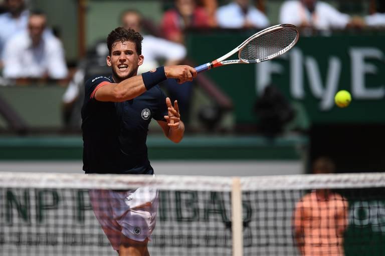 Thiem completa movimento de forehand com a raquete próximo da rede