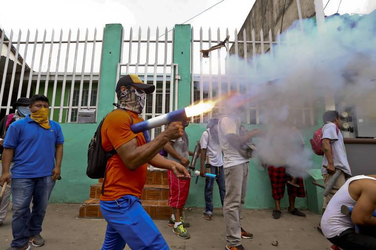 Manifestante lança morteiro doméstico durante protesto em Masaya, na Nicarágua