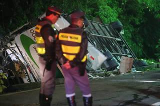 Acidente com ônibus deixa 18 mortos na rodovia Mogi-Bertioga