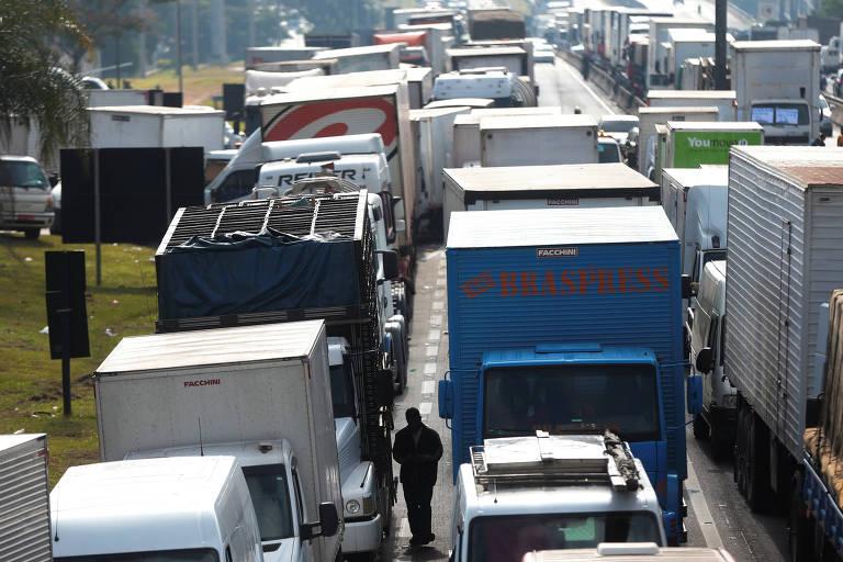 Protesto de caminhoneiros na rodovia Régis Bittencourt, em São Paulo