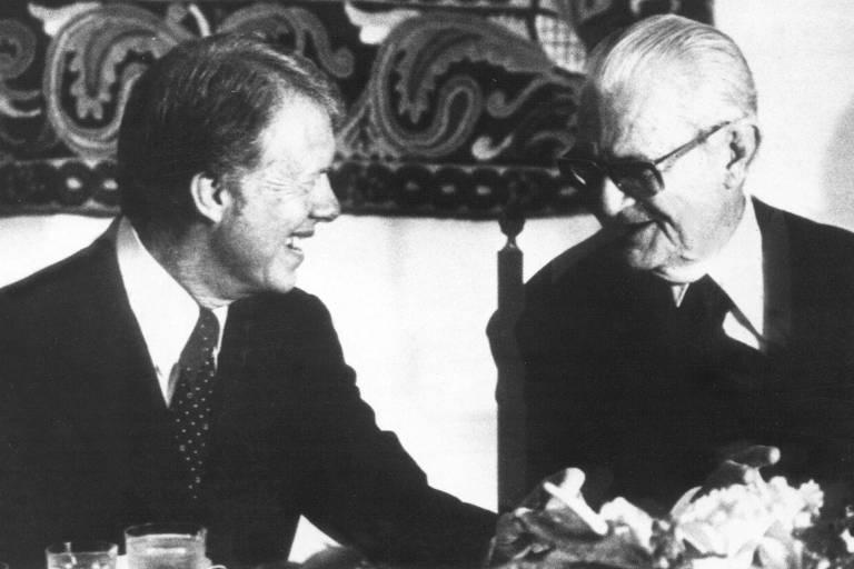 O presidente norte-americano Jimmy Carter (à esq.) conversa com o presidente Ernesto Geisel durante jantar no Palácio da Alvorada, em Brasília (DF).