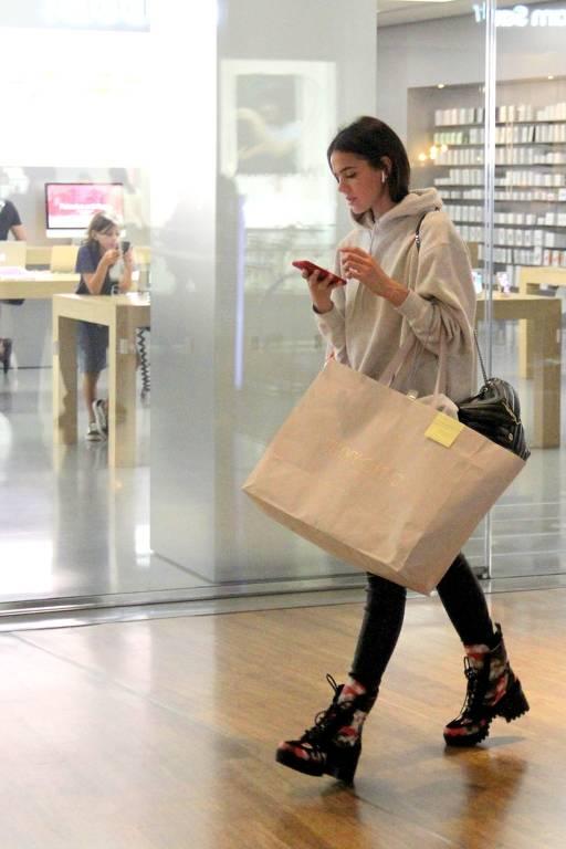 Bruna Marquezine faz compras em shopping no Rio