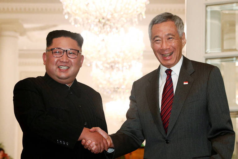 O ditador norte-coreano Kim Jong-un ao lado do primeiro-ministro de Singapura Lee Hsien Loong