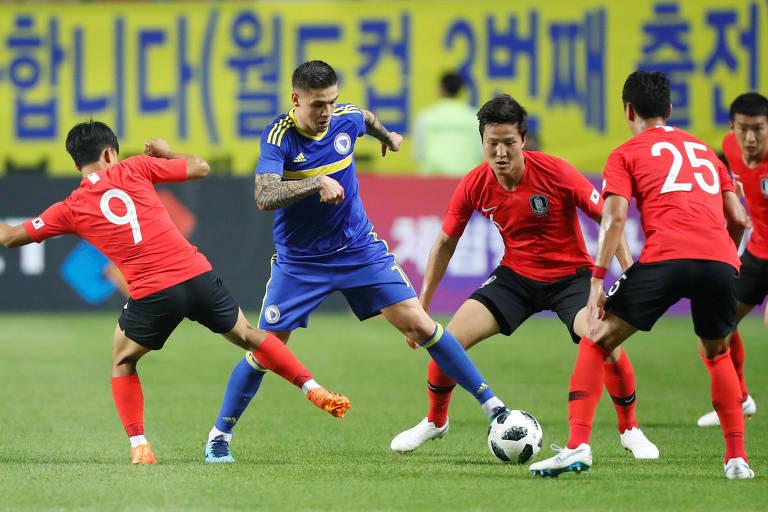 Lance do jogo entre Coreia do Sul e Bósnia e Herzegovina no estádio de Jeonju