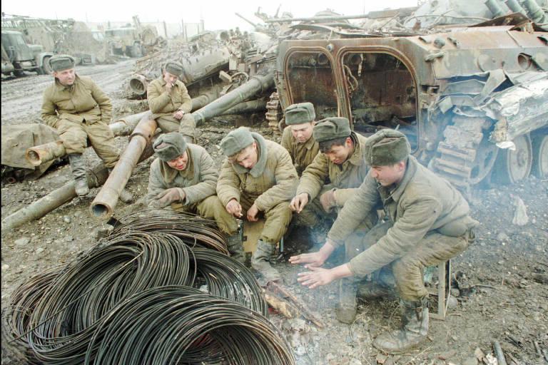 Soldados russos descansam ao norte de Grozni, na Tchetchênia, durante conflito que ocorreu entre 1994 e 1996