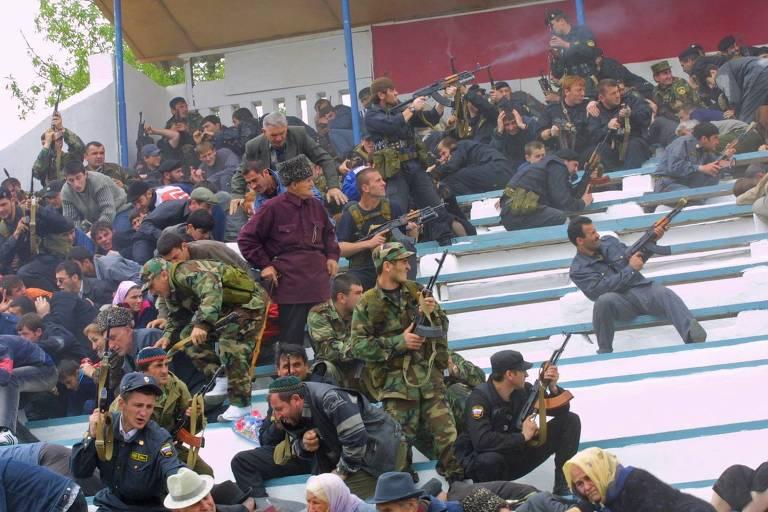 Participantes de cerimônia em estádio de Grozni, capital da Tchetchênia, correm e atiram após explosão de bomba que matou presidente tchetcheno Akhmad Kadirov