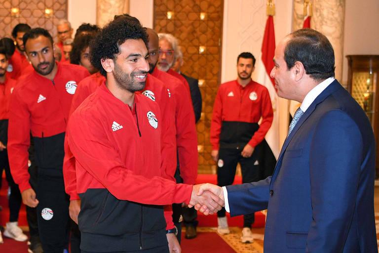 Presidente egípcio  Abdel Fattah al-Sisi cumprimenta Mo Salah, estrela da seleção egípcia