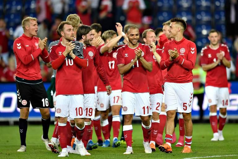 Seleção da Dinamarca se despede da torcida depois de vencer o México por 2 a 0 em amistoso na cidade de Brondby