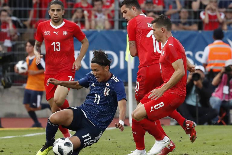 Lance entre jogadores da Suíça e Japão durante amistoso na cidade de Lugano
