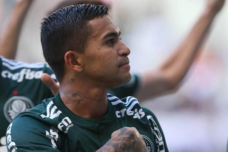 O atacante Dudu comemora um dos gols do Palmeiras no empate em 2 a 2 contra o Ceará, no Estádio Castelão, neste domingo