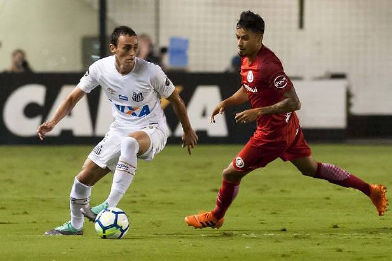 Diego Pituca (à esq.), do Santos, e Lucca (à dir.), do Inter, disputam lance na Vila Belmiro