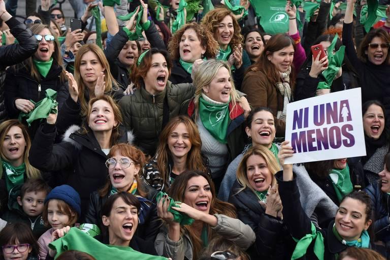 Mulheres usando lenço verde participam de marcha de movimento feminista em Buenos Aires