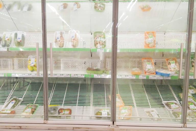 Prateleiras vazias em supermercado