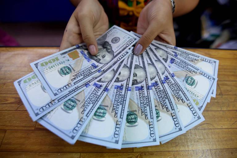 Notas de dólares sobre mesa