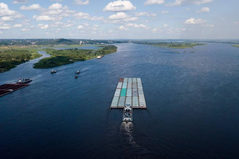Rebocador empurra barcaça no rio Paraguai