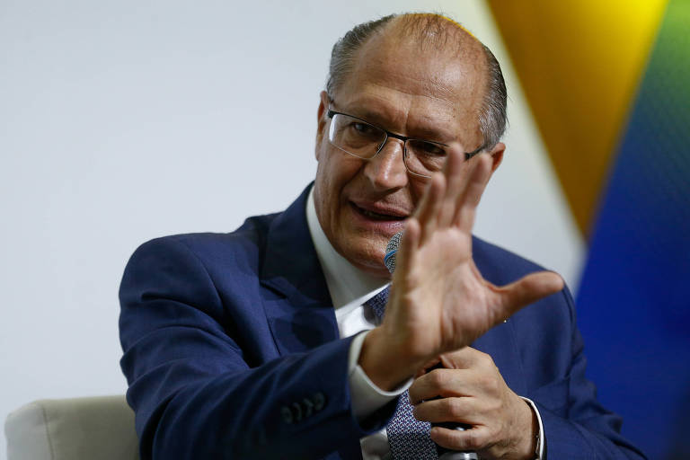 Geraldo Alckmin gesticulando durante a entrevista
