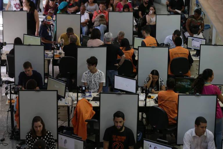 Movimentação no Cartório Eleitoral do Anhangabaú, no centro de São Paulo, para alteração no título eleitoral