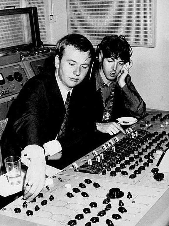O engenheiro de som Geoff Emerick e Paul McCartney em 1967, nos estúdios da EMI em Abbey Road
