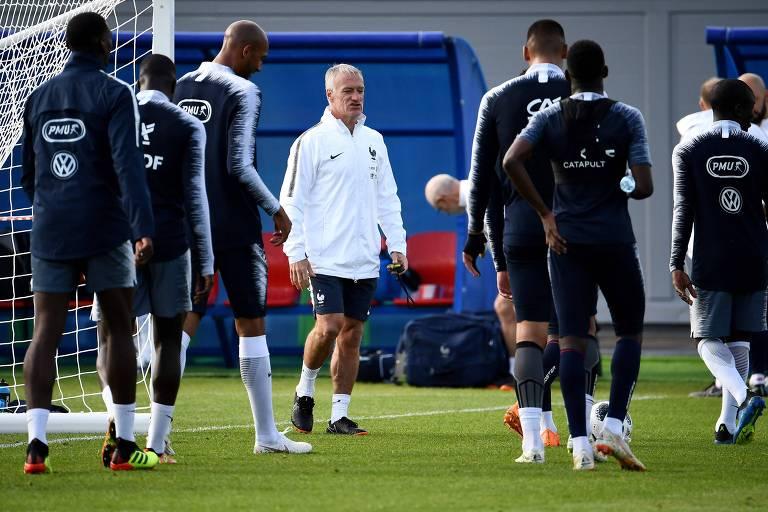 O técnico Didier Deschamps comanda o treino da França em Istra, a 70 km de Moscou, onde a equipe finaliza sua preparação para a Copa do Mundo
