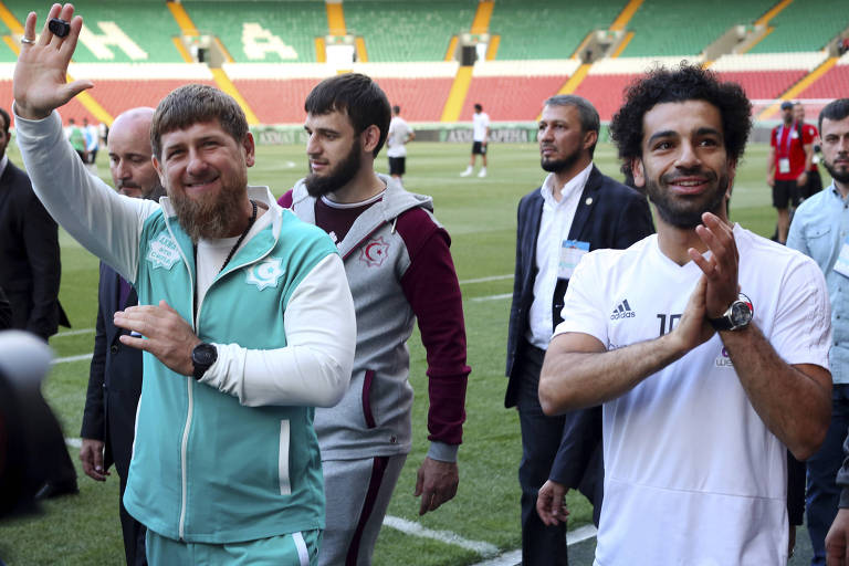Presidente da Tchetchênia, Ramzan Kadirov (esq.), e jogador da seleção egípcia e do Liverpool, Mohamed Salah (dir.), posam durante treino da equipe do Egito no estádio Akhmat, em Grozni
