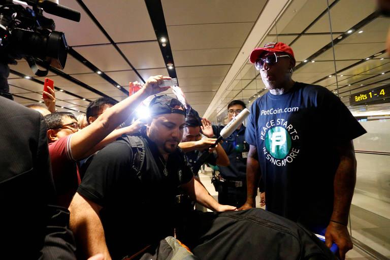 O ex-jogador de basquete Dennis Rodman durante sua chegada em Singapura