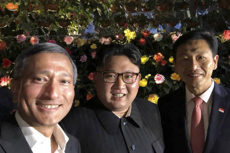 Selfie postada pelo ministro de Relações Exteriores de Singapura, Vivian Balakrishnan (esq.), ao lado do ditador norte-coreano Kim Jong-un (centro)