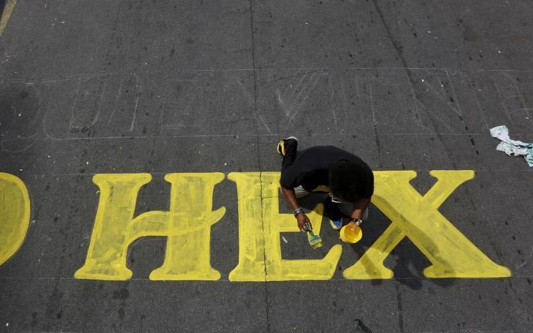 Paulistanos pintam ruas para a Copa 2018