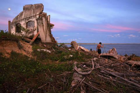 IGUAPE, SP. 27/04/2018. Menino brinca em meio a escombros de casas e ¬?rvores destruvådas na Praia do Leste em Iguape no litoral sul de S'Äûo Paulo. A praia vem sendo destruvåda pela eros'Äûo marinha agravada pelas ressacas que atingem a regi'Äûo. ( Foto: Lalo de Almeida/ Folhapress ) CI¬†NCIA  *** EXCLUSIVO FOLHA*** *** lalo litoral vale ** ORG XMIT: AGEN1805302146902173