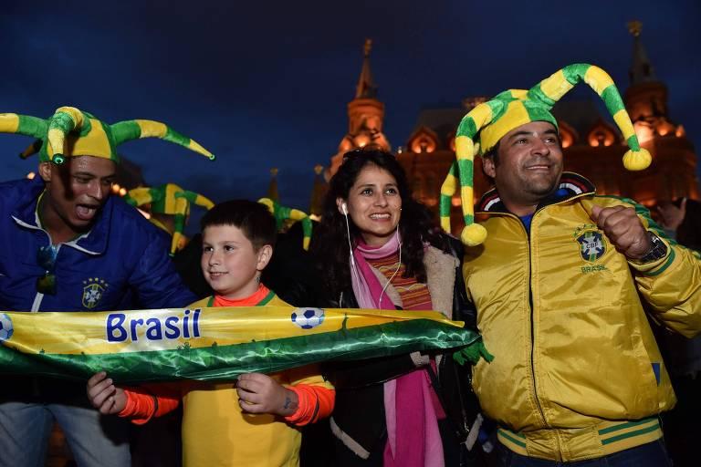Fãs russos do Brasil posam em frente ao Kremlin, em Moscou, três dias antes do início da Copa