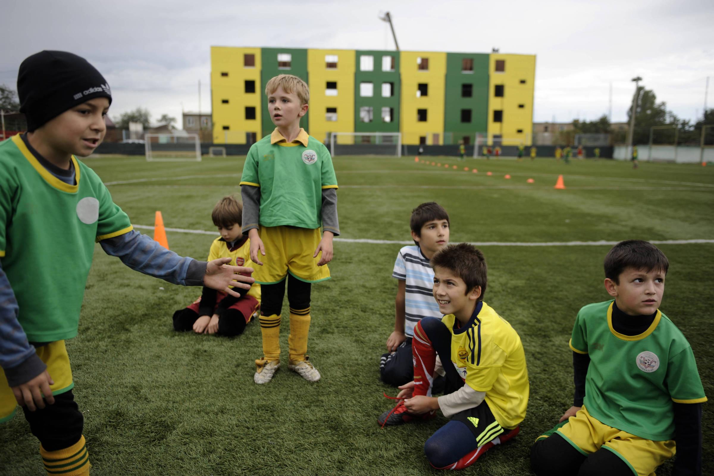 Escolinha de futebol salva meninos russos cobiçados pelo Estado Islâmico -  11 06 2018 - Esporte - Folha 213866c0770f3