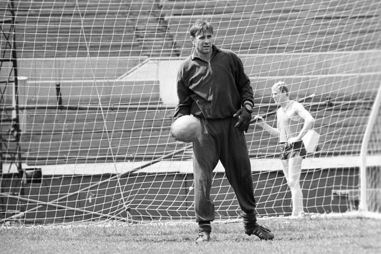 Lev Yashin, goleiro do Dynamo Moscow, durante treino antes de jogo, na Rússia. em 1969
