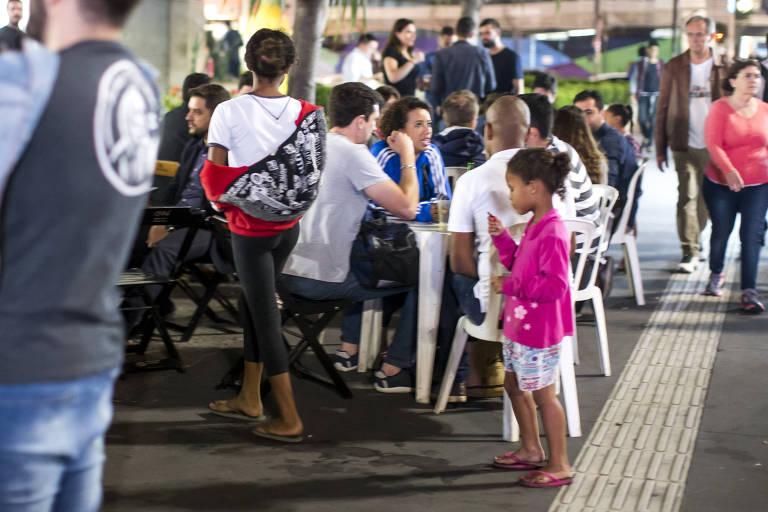 Crianças vendem balas e doces nas ruas de São Paulo