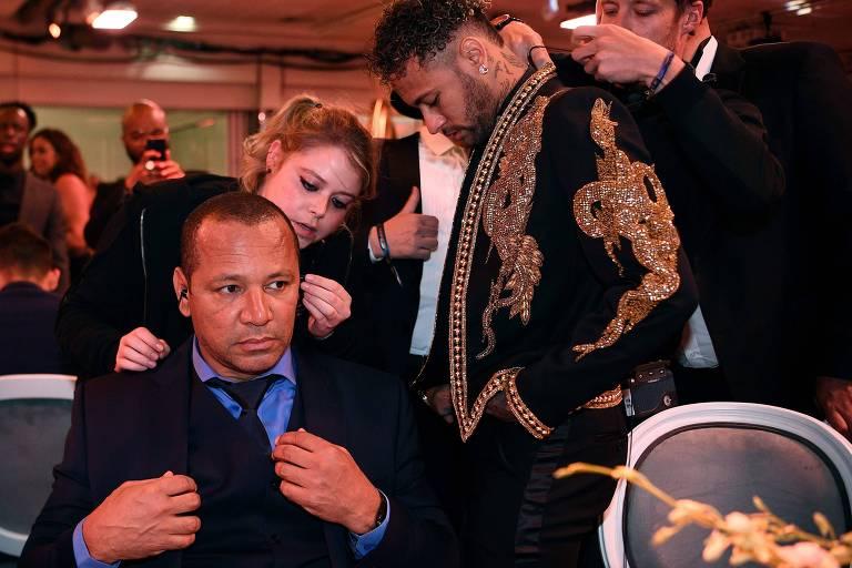 Neymar da Silva Santos sentado e Neymar Junior em pé durante programa de TV francês