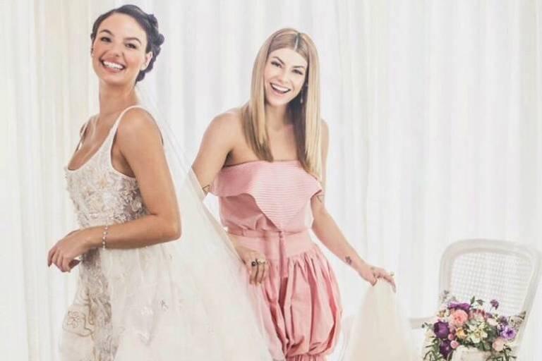 Isis Valverde vestida de noiva antes de seu casamento, ao lado da estilista Helô Rocha