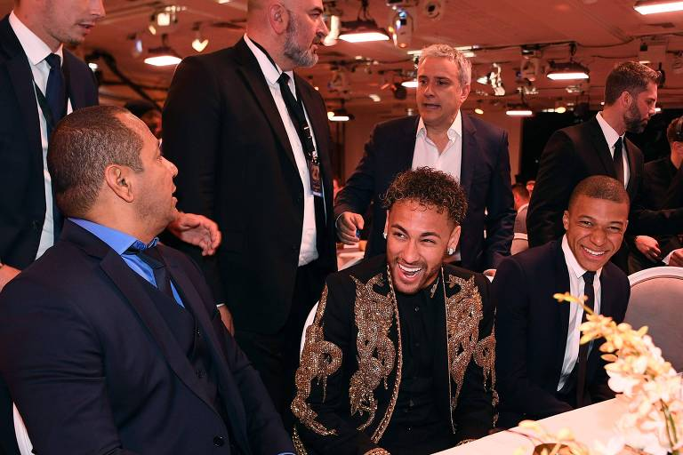 Neymar e pai durante programa de televisão francês, em maio de 2018
