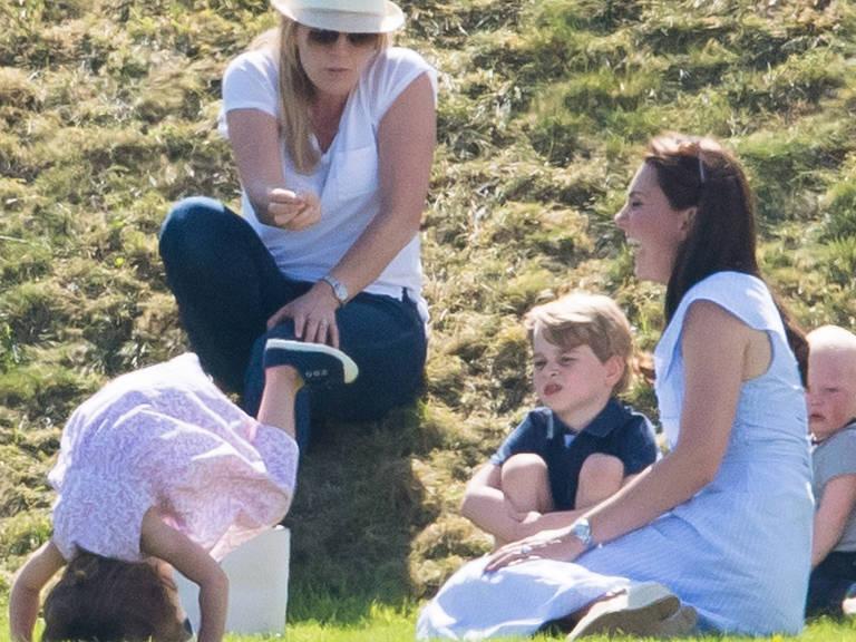 Duquesa Kate com os filhos, príncipe George e princesa Charlotte, durante jogo de polo do príncipe William