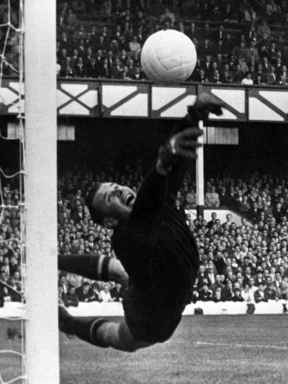 O goleiro Lev Yashin, da União Soviética, faz defesa durante jogo contra a Alemanha Ocidental, na semifinal da Copa de 1966, na Inglaterra