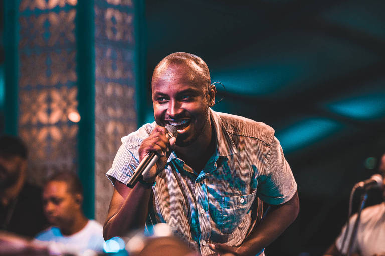 Cantor Thiaguinho canta no palco em show