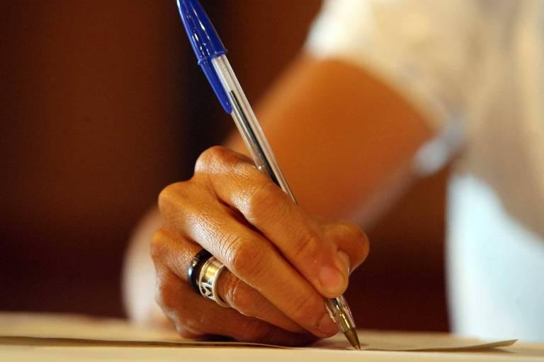 Governo tenta economizar cortando gastos com caneta e grampeador